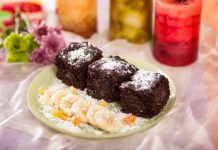Prajitura negresa de post cu karob si fructe confiate
