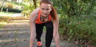 femeie face sport