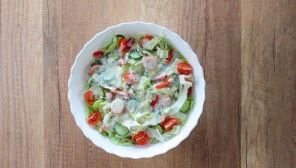 Dressing pentru salate: gata in 2 minute, cu un borcan si cateva ingrediente simple