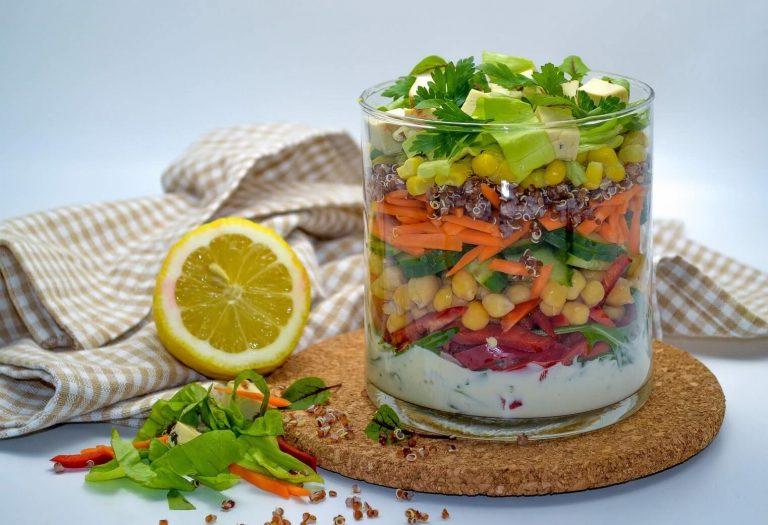 Salata curcubeu usoara si hranitoare pentru pachetul de la job