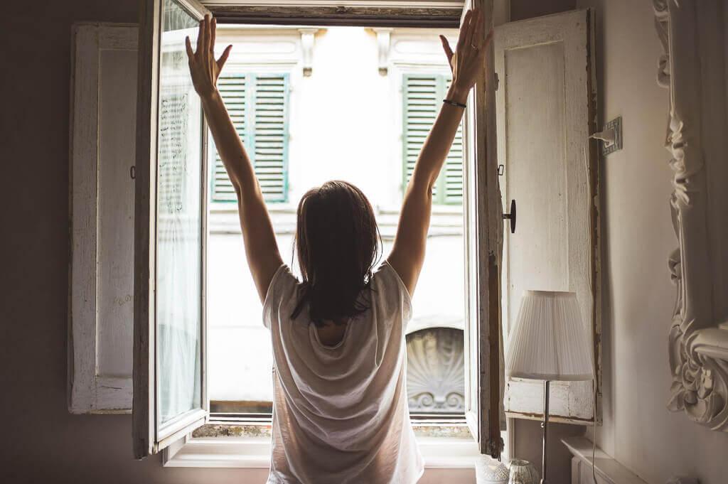 fata deschide fereastra