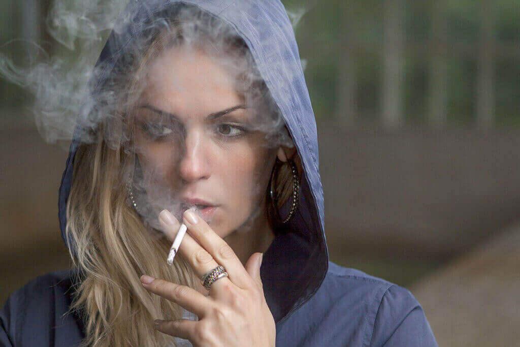 femeie-fumeaza