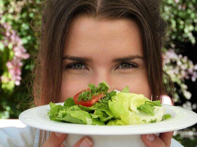 femeie salata stil de viata sanatos