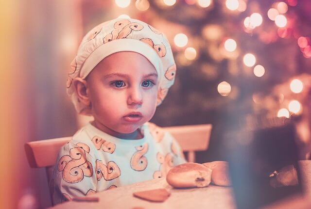 copil mancare masa