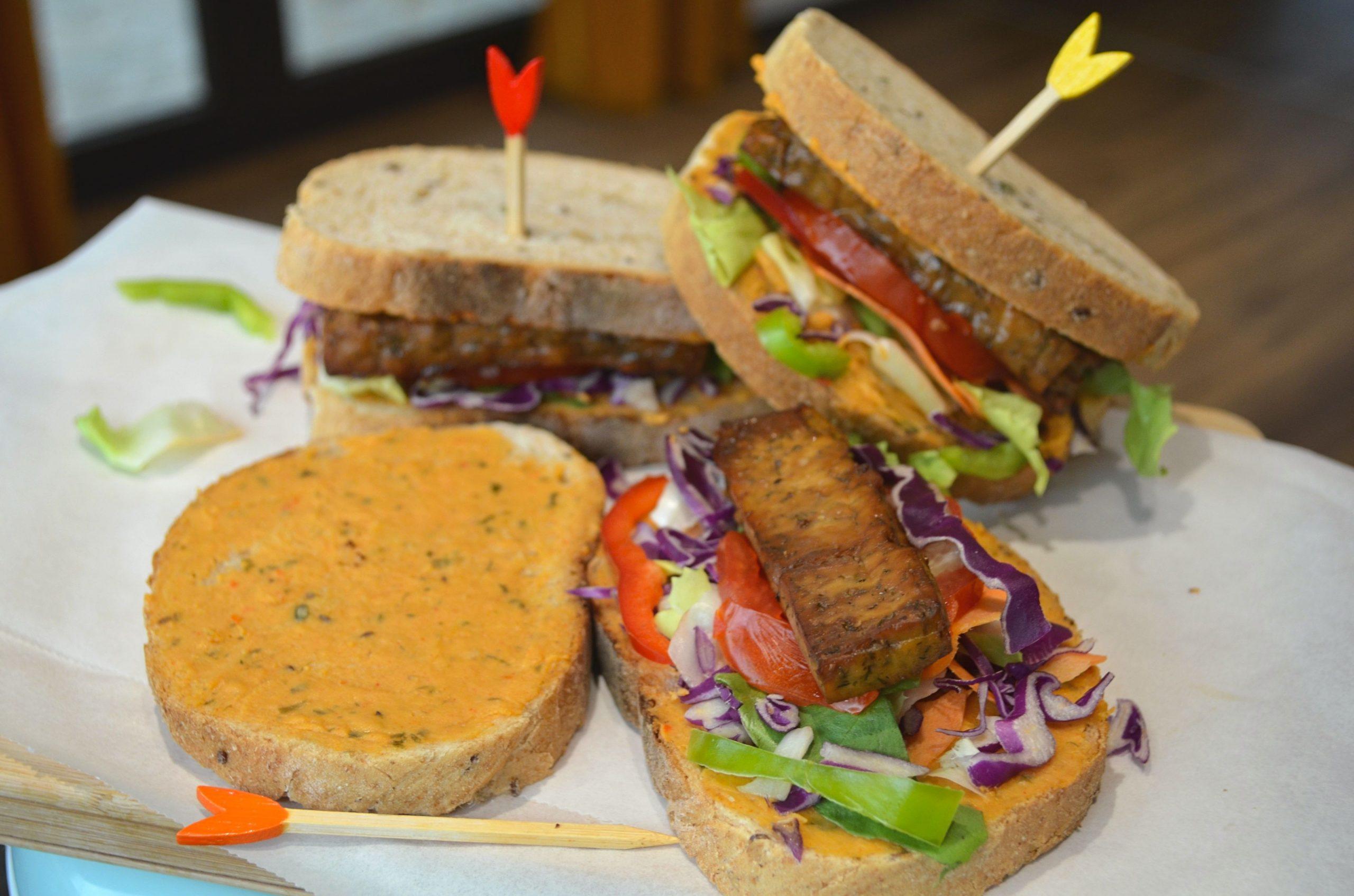 Sandwich cu salata, rosii si pateuri vegetale tartinabile
