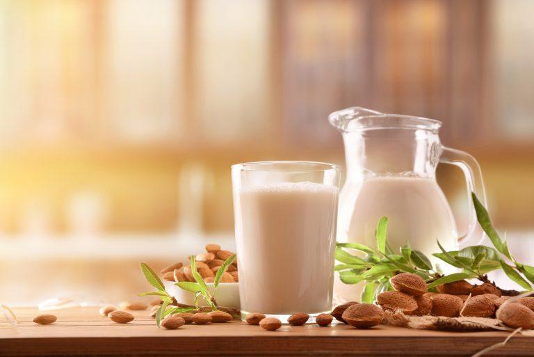 5 motive pentru care băutura vegetală de migdale merită un loc în viața ta