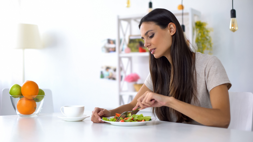 Există vegetarianism nesănătos, femeie care mananca salata