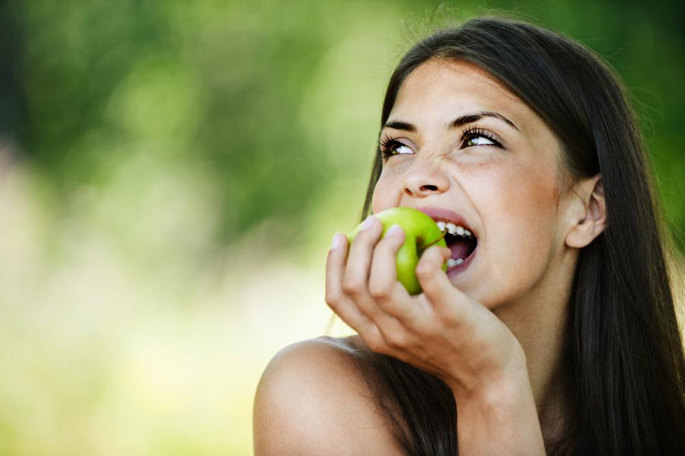 o fata mâncând un măr, poftă