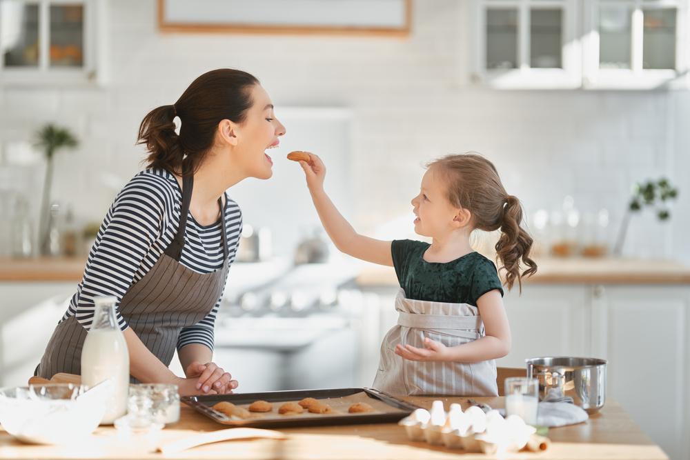De ce e bine să gătești împreună cu copilul tău?
