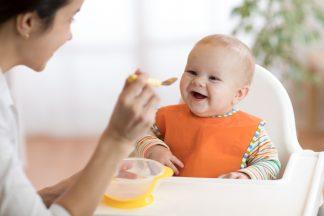 Cum îți hrănești bebelușul în primul an de viață?