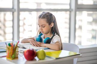 Cum adaptăm alimentația copiilor la școala online?