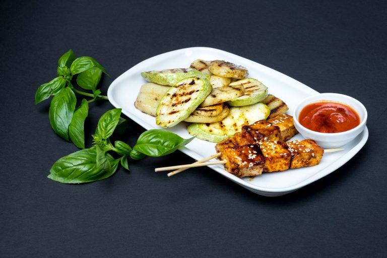 Kebab vegetal din tofu cu sos de ceapă